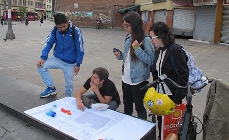 """David, Diana, Andrea y Omar en la Plaza de la Mariposa preguntando """"Como cambiaria este lugar?"""""""