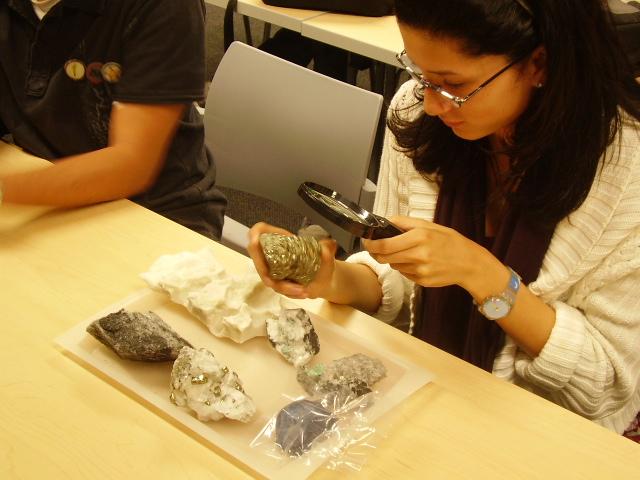 Estudiantes identificando reticulas y patrones en las piedras